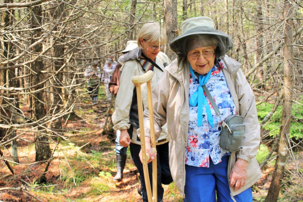 Gladys Wallwork and others hike 2015_photo Valerie Walker